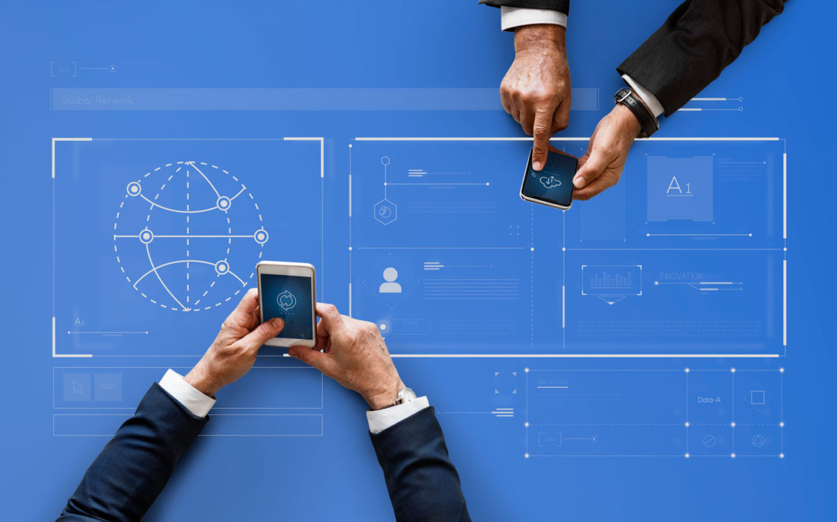 Ecosistema Digital Fondo Azul con Ejecutivos Interactuando con Celular