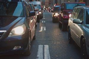Carros en autopista sugiriendo la telemática